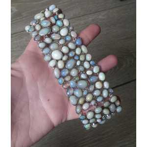 Zilveren brede armband gezet met cabochon Ethiopische Opalen
