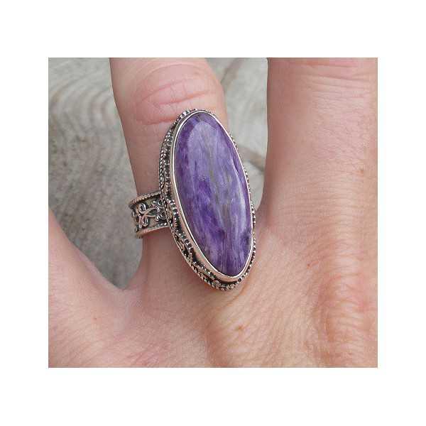 Zilveren ring met Charoiet in bewerkte setting ring maat 17.3 mm