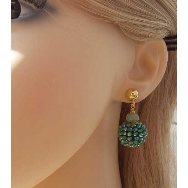 Vergulde oorbellen bol van metallic groene kristallen en Aventurijn