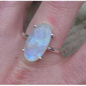 Zilveren ring gezet met ovale facet regenboog Maansteen 18.5 mm
