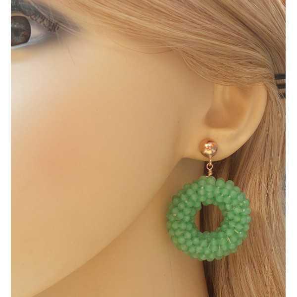 Rosé vergulde oorbellen met ronde hanger van licht groene Kristallen