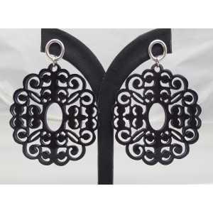 Zilveren oorbellen met ovale oorknoppen en zwart uitgesneden Buffelhoorn