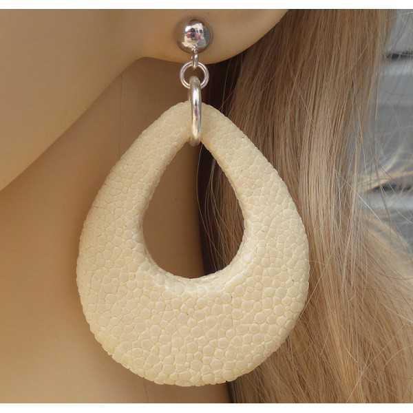 Zilveren oorbellen met druppel van crème kleurige Roggenleer