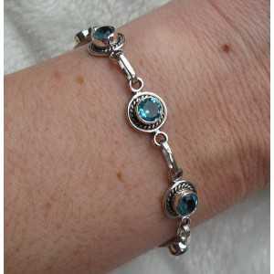 Zilveren armband gezet met ronde facet geslepen blauwe Topazen