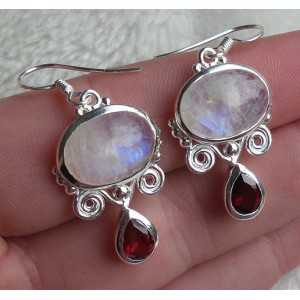 Zilveren oorbellen gezet met regenboog Maansteen en Granaat