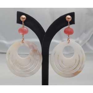 Rosé vergulde oorbellen met ronde Parelmoer en Cherry Quartz