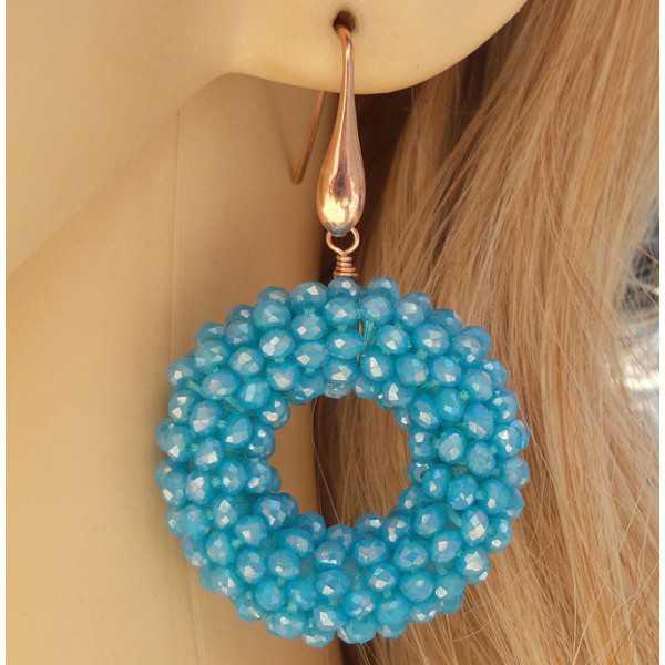 Rosé vergulde oorbellen met ronde hanger van licht blauwe Kristallen