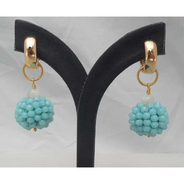 Vergulde creolen met bol van blauwe kristallen en Maansteen