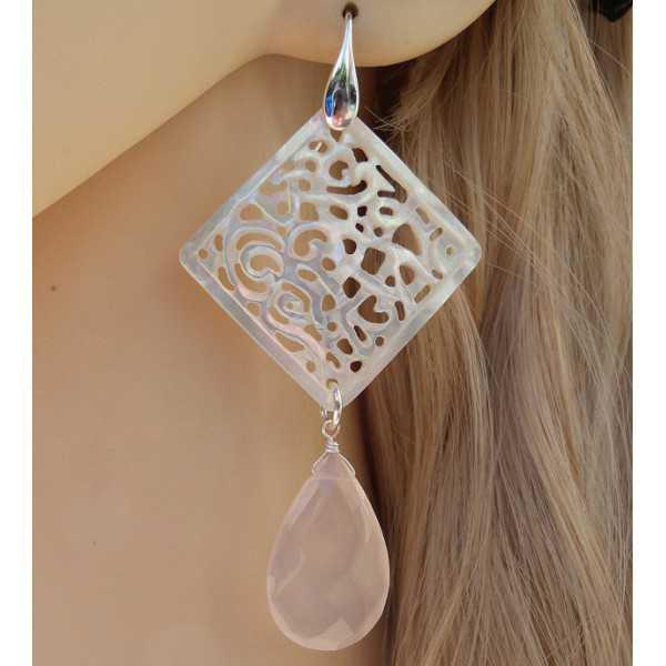 Zilveren oorbellen met uitgesneden Parelmoer en roze Chalcedoon