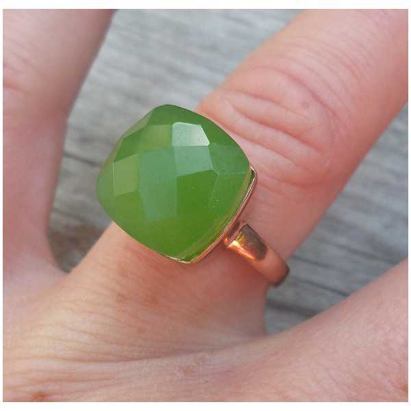Rose gold überzogener ring mit apfelgrüner Chalcedon
