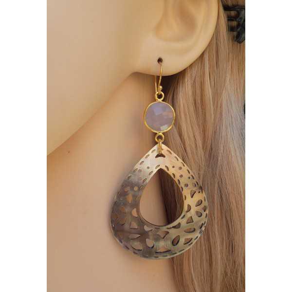 Vergulde oorbellen met grijze Chalcedoon en uitgesneden schelp