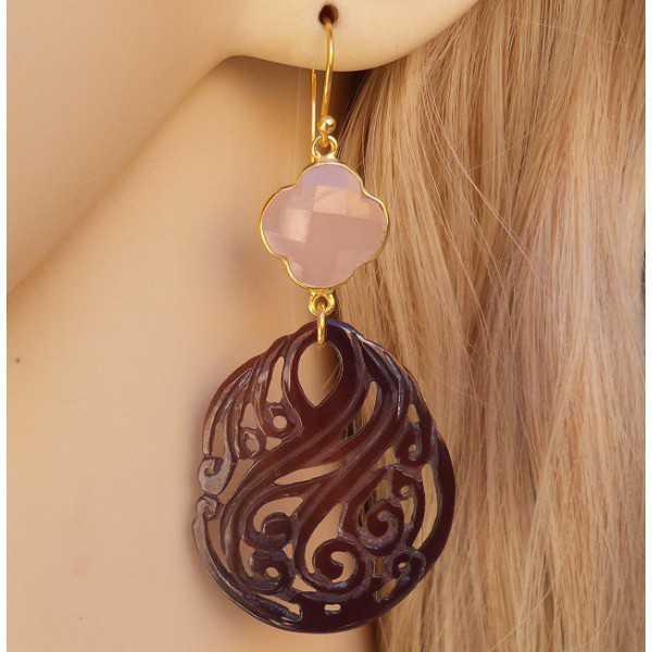 Vergulde oorbellen met roze Chalcedoon en uitgesneden schelp