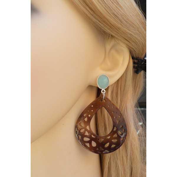 Zilveren oorbellen met aqua Chalcedoon en uitgesneden schelp