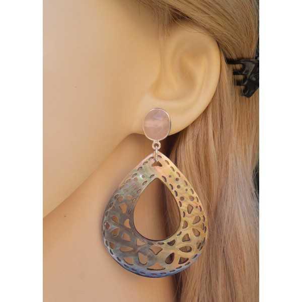 Zilveren oorbellen met roze Chalcedoon en uitgesneden schelp
