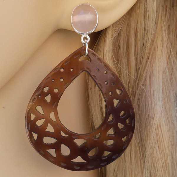 Zilveren oorbellen roze Chalcedoon en uitgesneden schelp