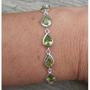 Zilveren armband gezet met druppelvormige facet Peridot