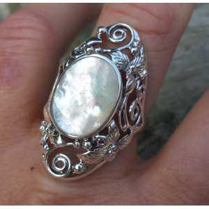 Zilveren ring met ovale Parelmoer in bewerkte setting 19 mm