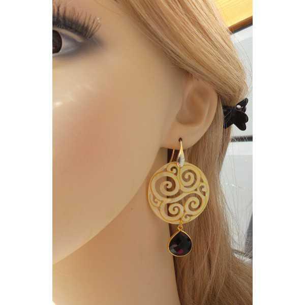 Vergulde oorbellen met Onyx en ronde uitgesneden Parelmoer
