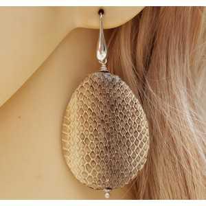 Zilveren oorbellen met grote druppel van slangenleer