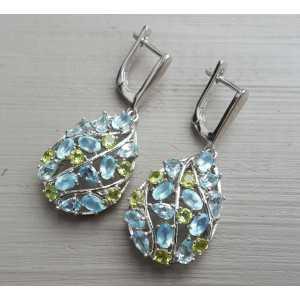 Zilveren oorbellen gezet met Peridot, Chalcedoon en blauw Topaas