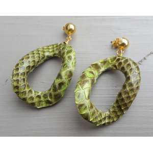 Vergoldete Ohrringe mit wellenförmigen grünen Schlangenleder-Anhänger