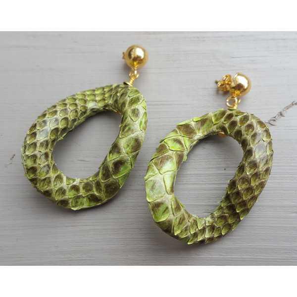 Goud vergulde oorbellen met wavy groene slangenleer hanger