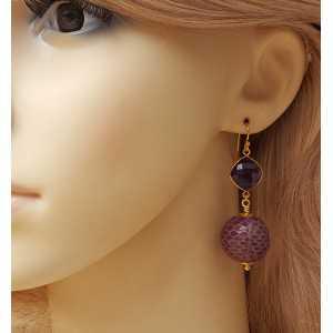 Vergoldete Ohrringe mit Amethyst und der Sphäre der Schlangenhaut