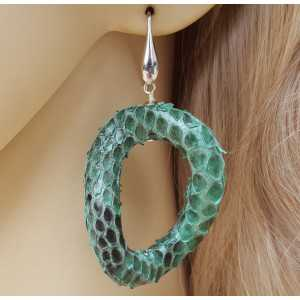 Zilveren oorbellen met wavy groene slangenhuid hanger