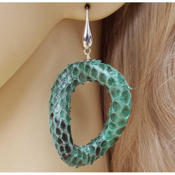 Silber Ohrringe mit wellenförmigen grünen Schlangenleder-Anhänger