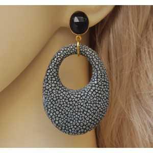 Vergulde oorbellen met zwarte Onyx en grijs Roggenleer