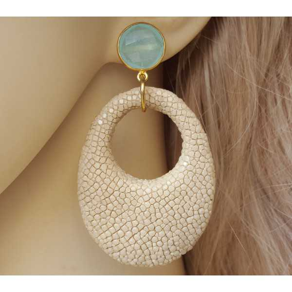 Vergoldete Ohrringe mit aqua Chalcedon und beige Roggenleer