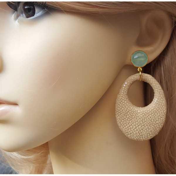 Vergulde oorbellen met aqua Chalcedoon en beige Roggenleer