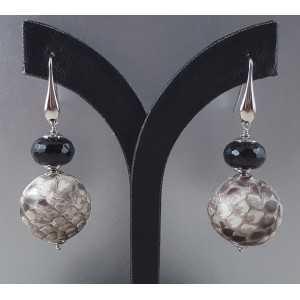 Zilveren oorbellen met zwarte Onyx en bol van Slangenleer