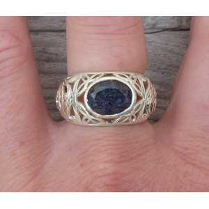 Zilveren ring met Saffier en open bewerkte band 18 mm
