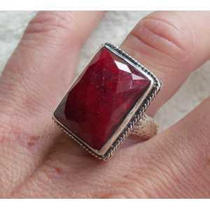 Zilveren ring gezet met rechthoekige Robijn maat 17.3 mm