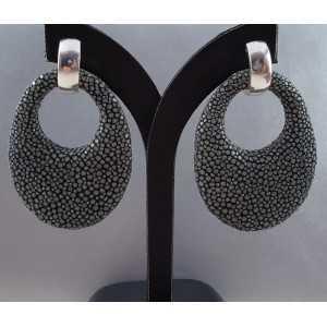 Zilveren creolen met ovale hanger van grijs Roggenleer