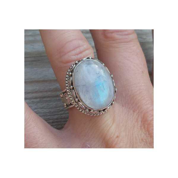 Zilveren ring met regenboog Maansteen in bewerkte setting 17.3 mm