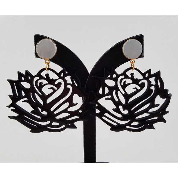 Vergulde oorbellen met Parel en roos van zwarte Buffelhoorn
