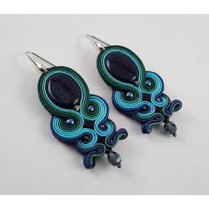 Zilveren oorbellen met handgemaakte hanger met goudsteen
