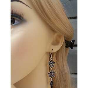 Zilveren lange oorbellen bloemen gezet met facet Ioliet