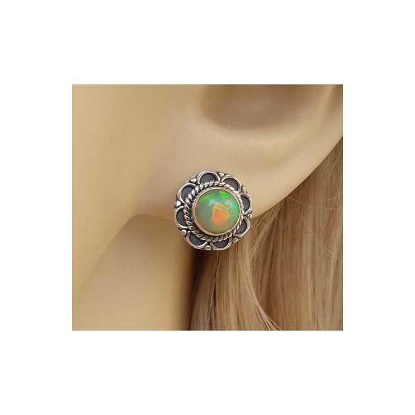 Zilveren oorknoppen Ethiopische Opaal gezet in bewerkte setting