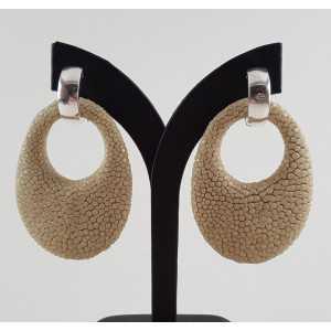 Zilveren creolen met ovale hanger van beige Roggenleer