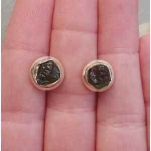 Zilveren oorknoppen gezet met Moldaviet