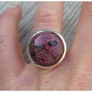 Zilveren ring gezet met ronde Eudialiet maat 17 mm