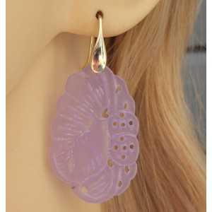 Vergulde oorbellen gezet met uitgesneden lavender Jade