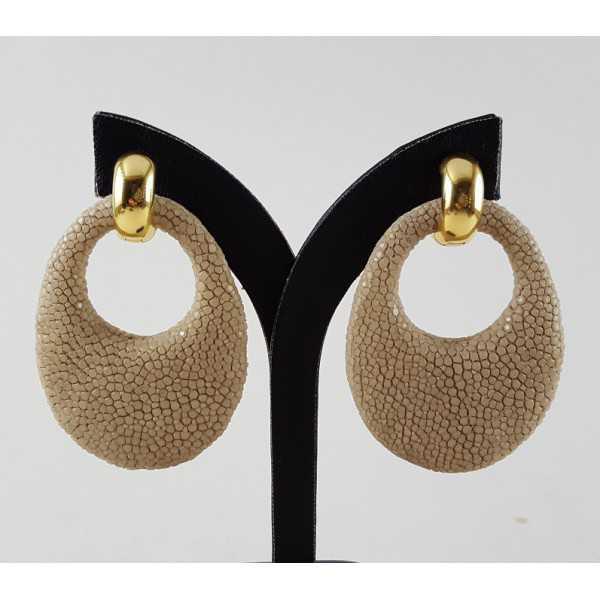 Goud vergulde creolen met ovale hanger van crème Roggenleer
