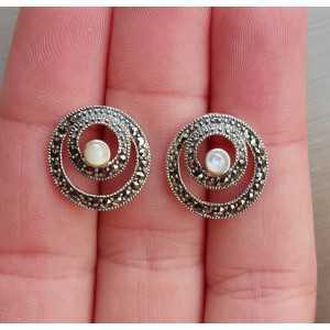 Zilveren oorknoppen met ronde Parelmoer en Markasiet