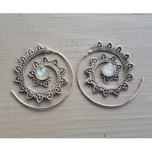 Zilveren spiraal creolen gezet met regenboog Maansteen