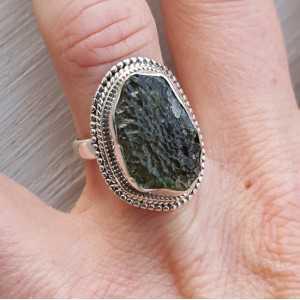 Zilveren ring gezet met ruwe Moldaviet maat 17.3 mm