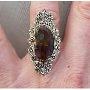 Zilveren ring gezet met Mexicaanse Vuuropaal en bewerkte kop 17.7 mm
